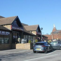 RETAIL SPACE IN POPULAR OUT-OF-TOWN CENTRE